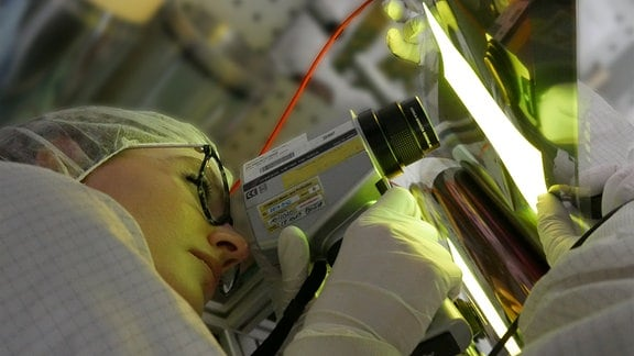 Inspektion einer flexiblen OLED, prozessiert mit Rolle-zu-Rolle Technologie am Fraunhofer FEP