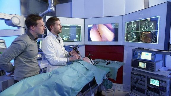 Zwei Männer in einem futuristischem OP-Saal mit Monitoren