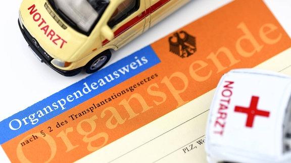 Organspendeausweis und Matchbox-Rettungswagen