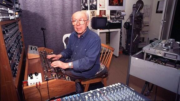 Ein Mann sitzt vor einem elektronischen Musikinstrument mit vielen tasten