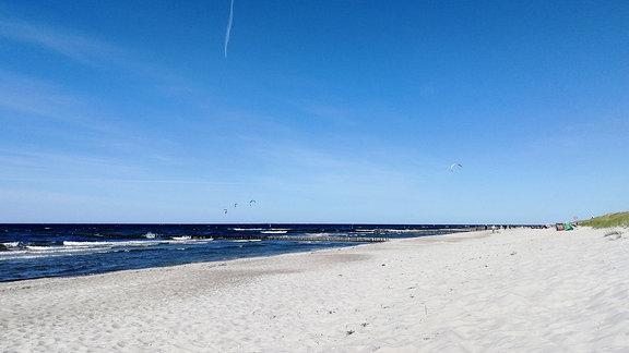 Strand mit Meer an der Ostsee.