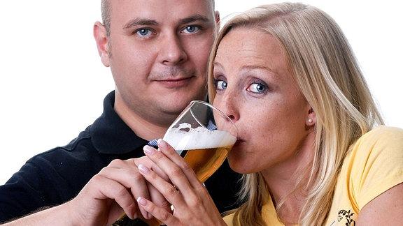 Ein Paar trinkt gemeinsam ein Bier