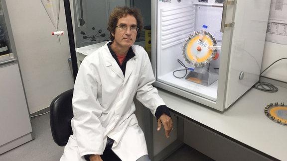 Ein Mann mit weißem Kittel in einem Labor