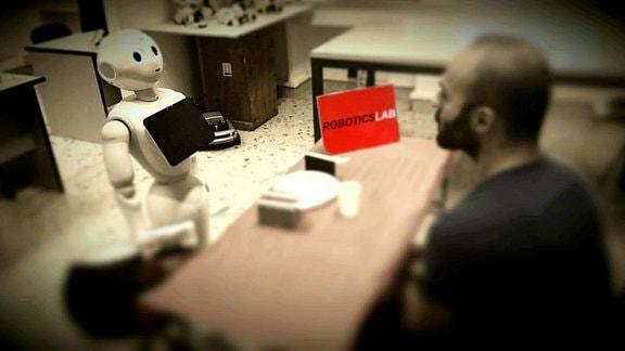 Durch den inneren Monolog kann Pepper besser Probleme bearbeiten. Dieser wird auch den Menschen angezeigt, die damit die Vorgehensweise des Roboters besser verstehen.