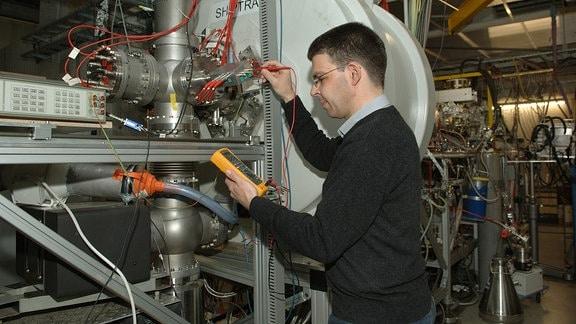 Physik-Professor Michael Block, Leiter der GSI-Experimentiergruppe, am Messaufbau der Ionenfalle SHIPTRAP.