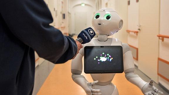 Roboter Pepper wird im Uni-Klinikum Halle getestet, ob er für die Pflege eingesetzt werden kann