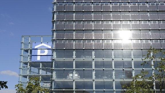 Eine Parkhausfassade, die mit Solarpanelen bestückt ist