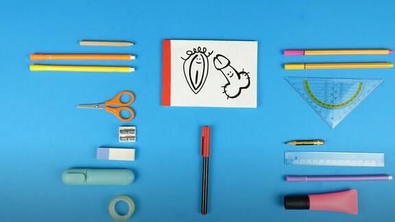 Stifte, Schere, Linial und Zeichenblock auf einer Schreibunterlage