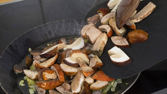 Pilzpfanne mit Birkenpilz, Steinpilz und Espen-Rotkappe auf dem Herd