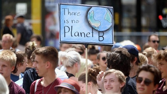 Demoschild mit der Aufschrift: There is no Planet B