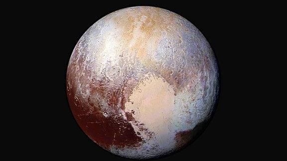 Der Zwergplanet Pluto in Falschfarben dargestellt zur Illustration.