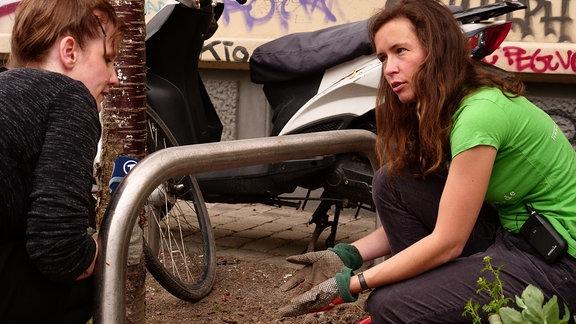MDR Reporterin Daniela Schmidt im Gespräch mit Christiane Heinichen vom Leipziger Umweltverein Ökolöwe