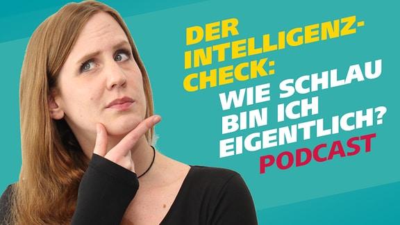 Podcastreporterin Daniela Schmidt fasst sich mit Daumen und Zeigefingern ans Kinn und blickt fragend nach oben. Daneben steht ein Schriftzug: Der  Intelligenzcheck: Wie schlau bin ich eigentlich?