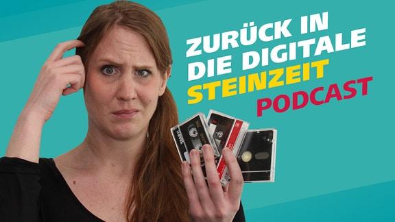 MDR Wissen Reporterin Daniela Schmidt hält eine Kassette, eine Diskette und eine DAT in der Hand und wundert sich.