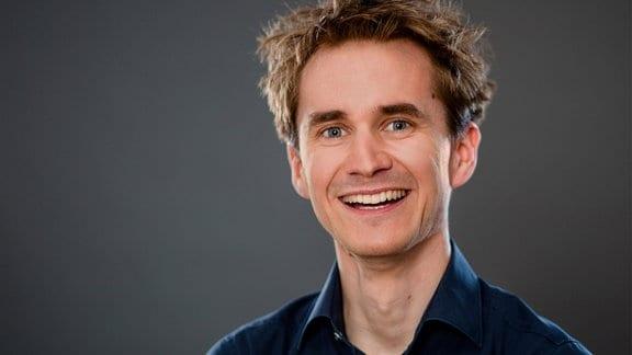 Der Neurowissenschaftler Henning Beck im Porträt.