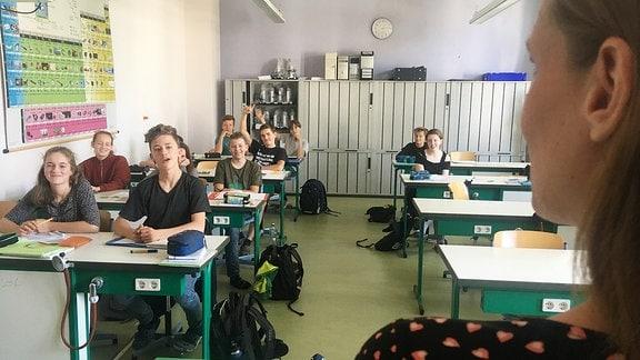 Eine Frau in einer Schulklasse.