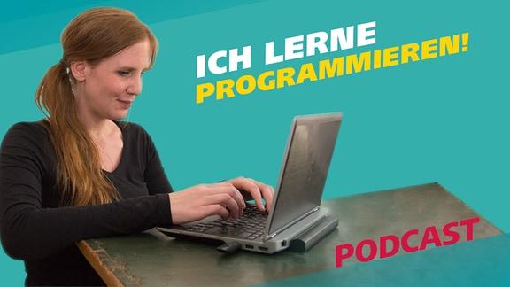 Reporterin Daniela Schmidt ist eine junge Frau, die an einem Laptop sitzt und arbeitet.