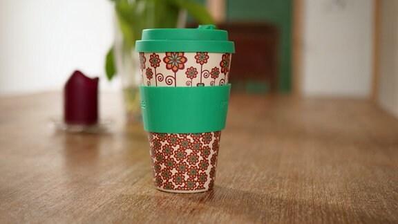 Auf dem Bild ist ein Coffee-to-go-Becher zu sehen.