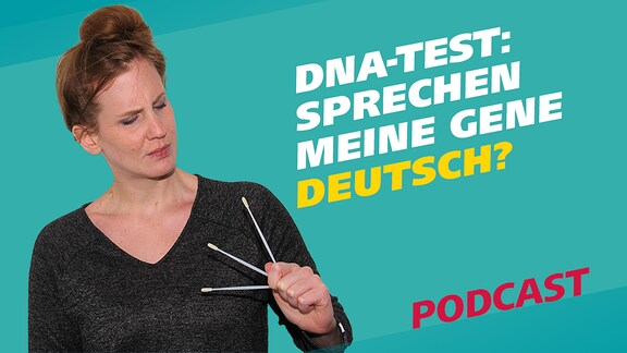 Podcastreporterin Daniela hält drei Wattestäbchen in der Hand. Diese Stäbchen dienen der Probe für einen DNA-Test. Daneben steht der Schriftzug: Sprechen meine Gene deutsch?