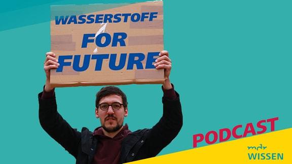 Ein Mann hält ein Transparent mit der Aufschrift 'Wasserstoff for Future' in den Händen