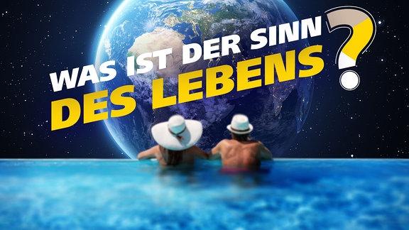 Ein Paar blickt vom Rand eines Swimmingpools im All auf den Planeten Erde.