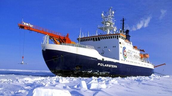 Der Eisbrecher 'Polarstern' bahnt sich den Weg durch das Packeis.