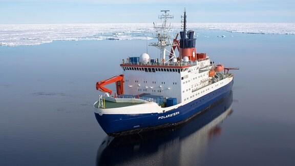 Der deutsche Forschungseisbrecher Polarstern treibt für Forschungsarbeiten über dem Bereich der 'Aurora' Hydrothermalquellen am Westlichen Gakkel Rücken bei ca. 82¡53'N und 6¡15'W.
