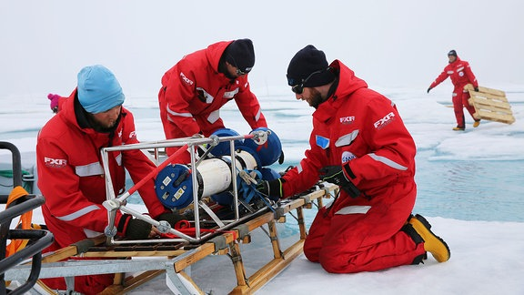 Alle Teams arbeiten zusammen, um die zahlreichen Installationen aus dem sogenannten Central Observatory auf der MOSAiC-Scholle abzubauen und zurück auf die Polarstern zu transportieren. Auf dem Schlitten liegt ein ADCP, ein Strömungsmessgerät, das im Wasser unter dem Eis im Einsatz war.