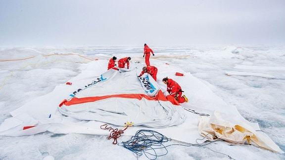 Belugas bislang letzte Rückkehr zum Boden. Der zweite Fesselballon und Miss Piggys großer Bruder war seit Frühjahr 2020 für Messungen in der unteren Atmosphäre über der MOSAiC-Scholle im Einsatz