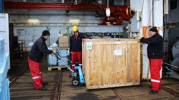 Die Schiffscrew hilft beim Stauen der zahlreichen Messgeräte an Bord, die die letzten Monate auf der MOSAiC-Eisscholle das sogeannte Central Observatory bildeten.