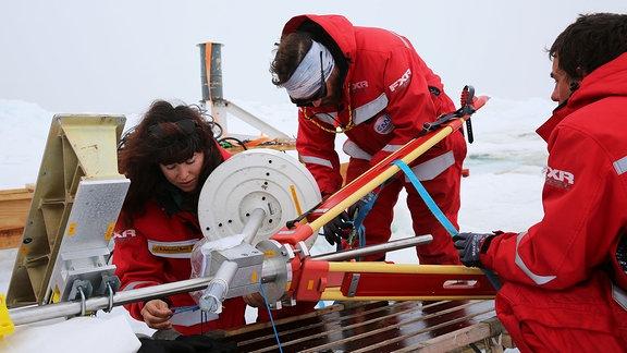 Ein Fernerkundungs-Instrument, das die Eigenschaften von Eis und Schnee erfasst, wird auf einem Schlitten fixiert und zurück zur Polarstern gebracht.