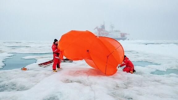 Miss Piggy - ein Fesselballon - schwebte seit Herbst 2019 regelmäßig in mehreren hundert Metern über der MOSAiC-Scholle in der Luft.