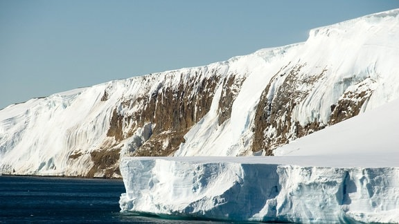 Eine vereiste Klippe, die Larsen Klippe in der Antarktis.