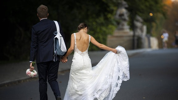 Ein Hochzeitspaar von hinten