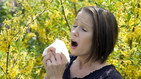 Junge Frau mit Pollenallergie im Frühling