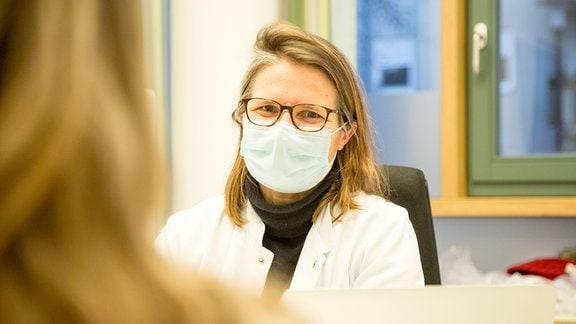 Prof. Julia Hauer erforscht in der TRIO-Studie genetische Veränderungen, die eine wichtige Rolle bei Krebserkrankungen im Kindesalter spielen.