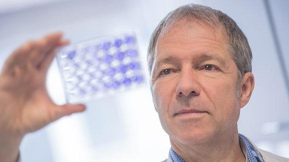 Prof. Ralf Bartenschlager begutachtet Proben