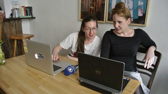 IT-Trainerin Alexa Steinbrück mit MDR-Reporterin Daniela Schmidt