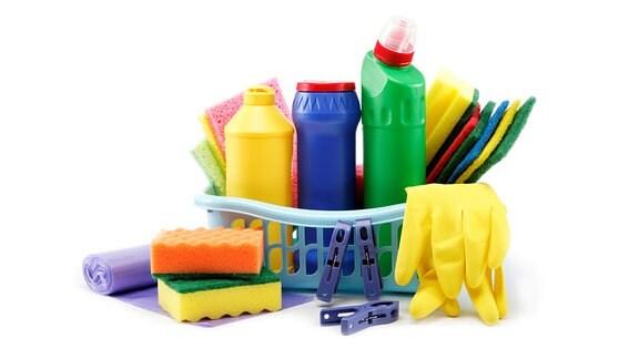 Putzmittel, Schwämme, Tücher, Rolle Müllbeutel, Haushaltshandschuhe und Klammern