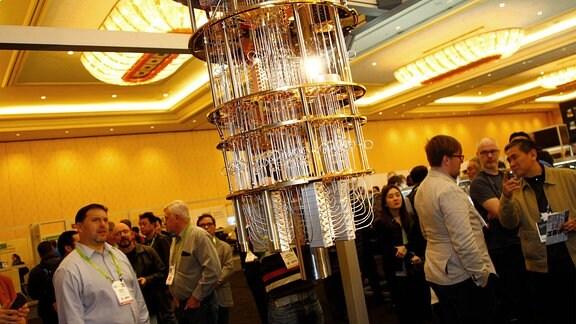 Besucher betrachten einen Prototyp von IBMs 50-Qubit-Quantencomputer während der CES 2018 im Sands Expo Center in Las Vegas.
