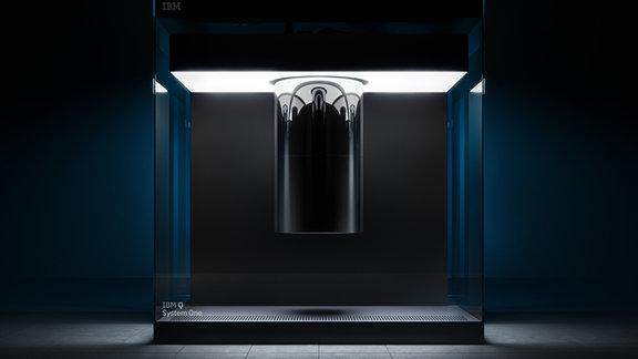 Weiß scheinender Großcomputer mit Glas und schlichten Formen vor schwarzem Hintergrund
