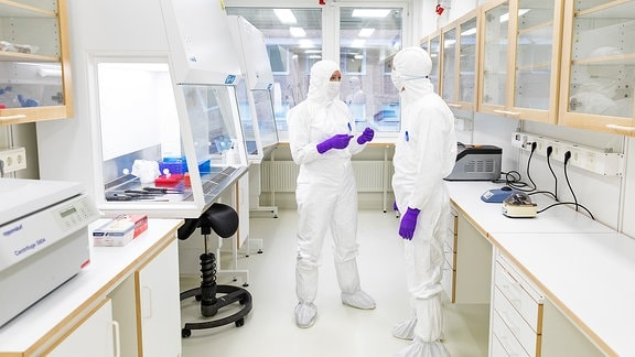 Menschen in Schutzkleidung in ein einem Labor