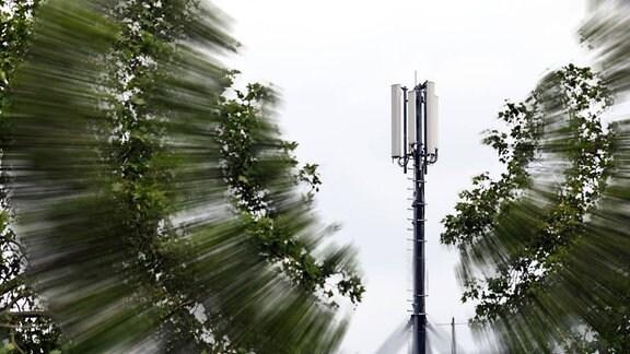 Mobilfunkantenne auf einem Hausdach in Deutz.