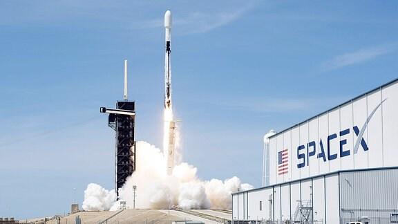 Eine SpaceX Falcon 9-Rakete startet am Mittwoch, 22. April 2020, um 15.30 Uhr vom Komplex 39A im Kennedy Space Center, Florida.