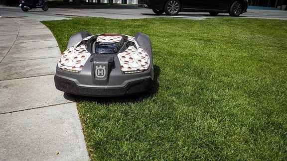 Automatisches Rasenmäher auf Rasen.