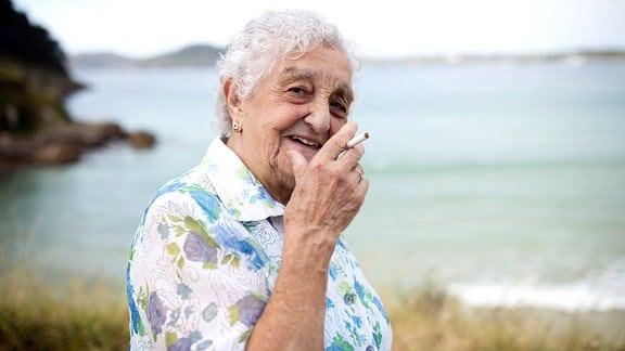 Ältere Frau mit Zigarette