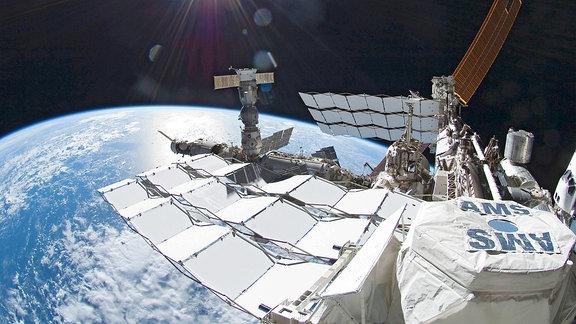 Internationale Raumstation ISS mit dem Alpha Magnetic Spectrometer AMS mit dem nach Antimaterie und Dunkler Materie im All gesucht wird