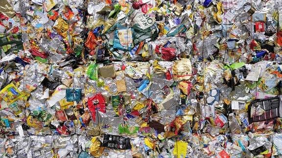 Gepresste Folienverpackungen auf einem Recyclinghof