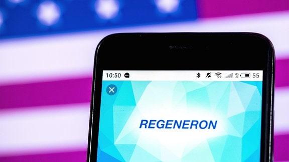 Das Firmenlogo von Regeneron Biotechnology wird auf einem Smartphone angezeigt.