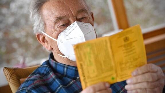 Rentner mit Impfausweis